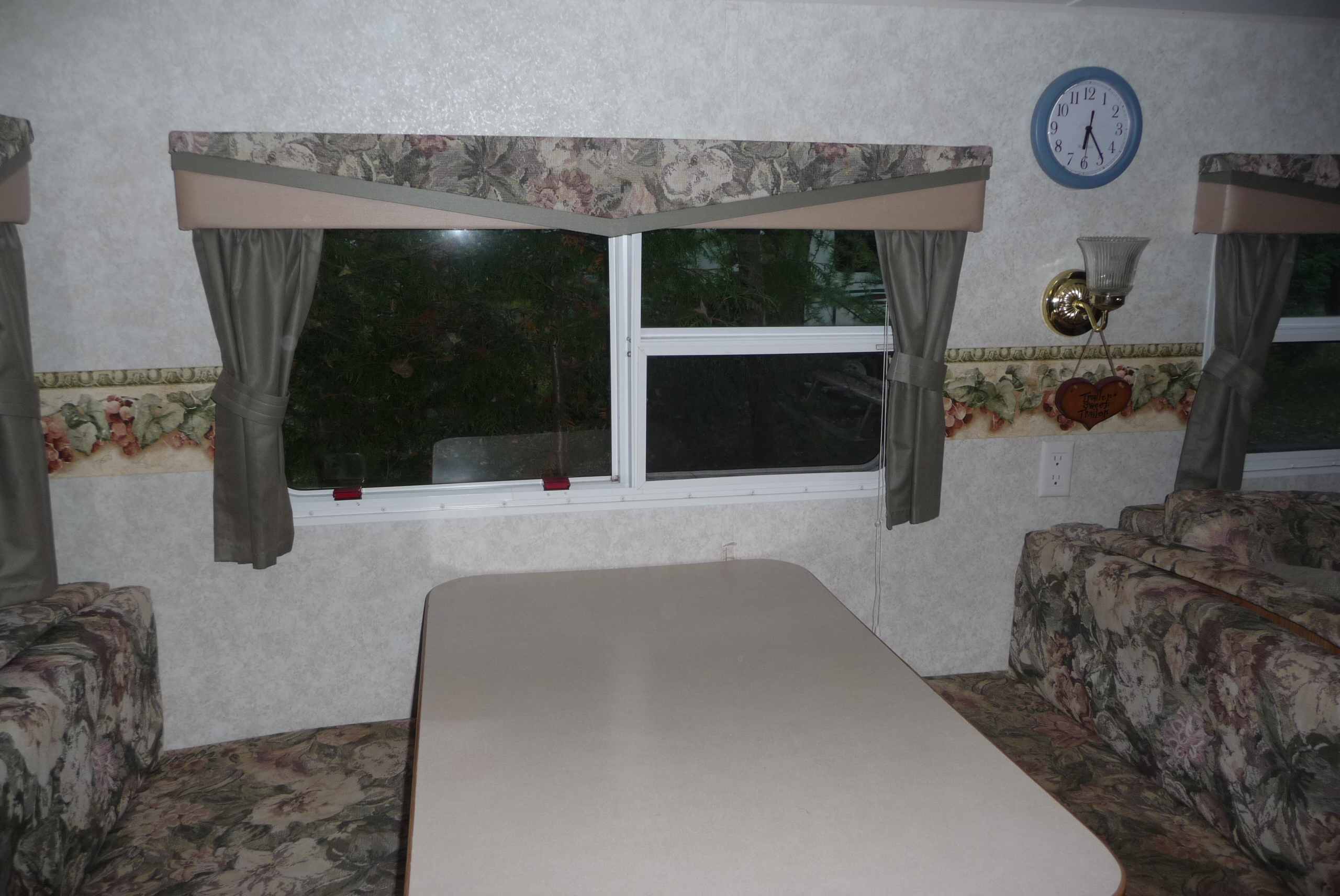 Springdale Trailer 37 Ft - Kitchen Table