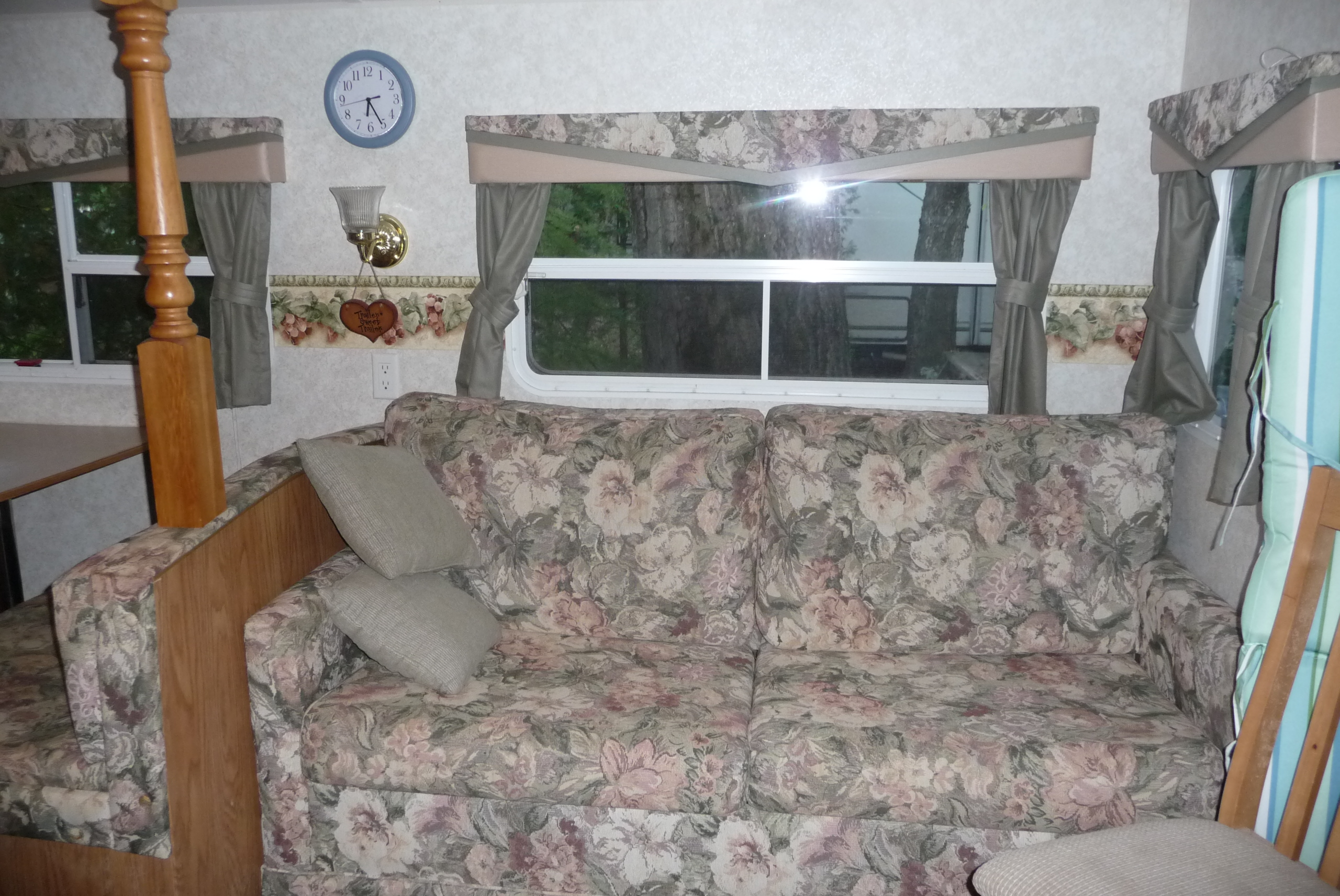 Springdale Trailer 37 Ft - Sofa